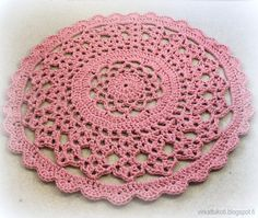 virkattu matto ohje, pitsimatto ohje, virkkausohje, virkattu pitsimatto Crochet Doily Rug, Crochet Placemats, Crochet Carpet, Crochet Circles, Crochet Home, Irish Crochet, Crochet Stitches, Knit Crochet, Lace Doilies