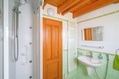 Koupelna na Slovance s masážním sprchovým koutem | Chalupa Amálka | Ubytování JIzerské hory Bathtub, Bathroom, Home, Cottage House, Standing Bath, Washroom, Bathtubs, Bath Tube, Full Bath
