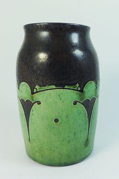 W.C. Brouwer, sgrafitto vase 1911 Ceramic Pottery, Pottery Art, Art Nouveau, Art Deco, Clay Vase, Arts And Crafts, Ceramics, Metal, Netherlands