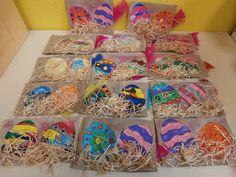 Cartes de Pâques réalisées par des enfants de maternelle pendant le TAP.Coloriages,collages divers et paillettes.