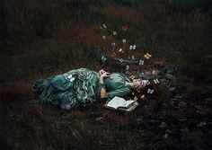 """""""Não cultive um Jardim de lágrimas. Isso toma seu tempo e te deixa para baixo. Tente sim, ignorar o passado que te fez mal, e tirar lições dele.  Aprenda a cultivar um Jardim de sonhos, esforços e sorrisos.""""(estrada-do-sol) Fotografia: Katharina Jung"""