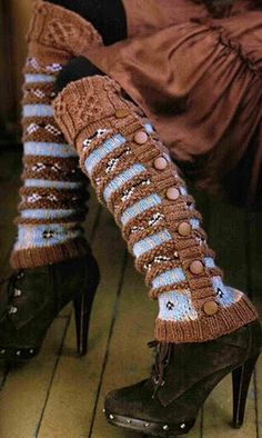 "Pattern Nicky Epstein Rowan Silk Wool Leg Warmers - from the book ""Knitting Around The World"" ( I love the color contrast) Knitting Club, Knitting Socks, Knitting Machine, Guêtres Au Crochet, Alter Pullover, Old Sweater, Looks Chic, Look Vintage, Silk Wool"