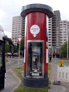 """Im Rahmen des Bundesforschungsprojekt """"Emil"""" wurde im Hauptbahnhof Braunschweig die deutschlandweit erste Ladestation für die berührungslose Ladung von Elektrobussen installiert. Damit die Ladestation funktioniert, sind zwei Kühlungseinheiten erforderlich, von denen eine erstmals in eine #Litfaßsäule eingebaut wurde. September 2013"""