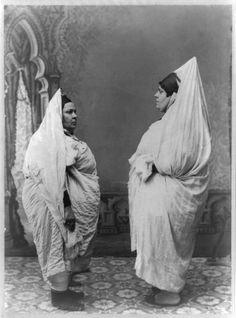 Deux femmes juives se tenant debout, face à face - http://hkeyetounseya.com/deux-femmes-juives-se-tenant-debout-face-a-face/