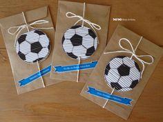 bolsitas decoradas con pelotitas fútbol y con algún regalito dentro