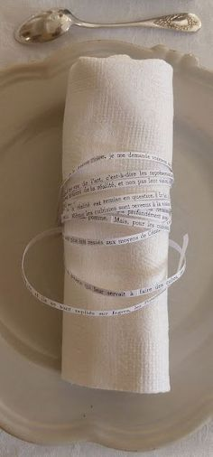 Diviértete tejiendo historias alrededor de las servilletas de tu boda.