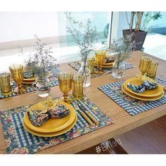 """Se a vovó visse essa mesa diria """"que riqueza""""! Inspiração para mesa do jantar em clima de Carnaval! Busque no site http://loja.eai.arq.br {pratos yellow + talheres bambu + copos e taças âmbar+ jogo americano e guardanapo azul} #eai #eaiarq #eaihome #lojaeai #EAIinspired #maiscorporfavor"""