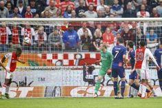 Riechedly Bazoer heeft na afloop van de topper Ajax – PSV uitgesproken dat hij volledig achter Ajax-trainer Frank de Boer staat. Ajax verloor zondagmiddag met 1-2 tegen PSV in de Amsterdam ArenA. Daardoor werd er door verschillende media weer over de mogelijke 'verhuizing' van Frank de Boer gesproken