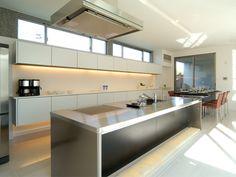 キッチン Nice Kitchen, Kitchen Modern, Stainless Kitchen, Natural Interior, Cool Kitchens, Store, Table, Room, House