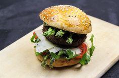 Rezept: Es ist Spargelzeit! Leckerer Spargel-Burger mit gebratenem grünen Spargel, Parmesan und frischer Petersilien-Mayonnaise