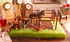 Pferdekoppel-Geburtstagskuchen Rezept: Aprikosen-Kuchen mit Pony-Hof als Dekoration - Eins von 7.000 leckeren, gelingsicheren Rezepten von Dr. Oetker!