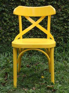 Cadeira em estilo retrô, com acabamento em laca alto brilho. www.ocasaraomoveis.com.br
