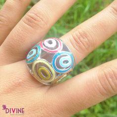 Las formas y colores de este anillos nos transportan al carnaval más famoso y guapachoso del país. Precio: $24.000