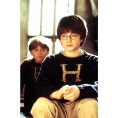 Daniel Radcliffe con alle spalle Rupert Grint in una scena di Harry... ❤ liked on Polyvore