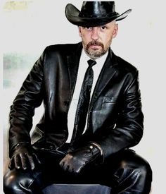 Leather and Uniform Master — Ein Leathercowboy in Leatherblazer. Mens Leather Blazer, Tight Leather Pants, Leather Men, Well Dressed Older Man, Tight Suit, Leder Outfits, Smart Outfit, Men In Uniform, Papi