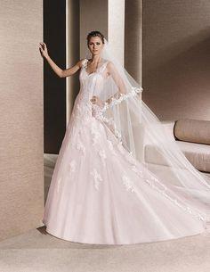 Romántico traje en corte A con bordados en relieve, tirantes, y falda voluminosa. Combínalo con un velo largo para que luzcas espectacular.