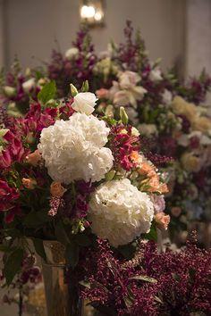 Mariana Bassi criou uma linda decoração de casamento em branco com toques de marsala para uma festa no Iate Clube de Santos.