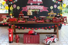 decoração_festa_infantil_bella_fiore_tema_bombeiro_bolos_mesa_de_doces_baloes