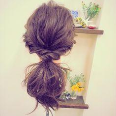 簡単アレンジ 耳後ろからサイドの髪を残して 少し根元から離してルーズに ゴムで一つに束ねたら トップの根元の髪を指で軽く 引っ張って崩します。 サイドの髪をゆるーく捻って 少し崩してゴムを隠すように 束ねた髪に巻きつけて ピンで留めたら出来上がり ゴム×1 ピン×2 #arrange#hairarrange#hairset#hairstyle#hair#hairsalon#beautician#アレンジ#ヘアアレンジ#ヘアセット#ヘアスタイル#ゆるアレンジ#外国人風#普段使いアレンジ#簡単アレンジ#美容師#美容室#yokohama#横浜#横浜西口#シンプルアレンジ#ルーズ#ゆる巻き#波ウェーブ
