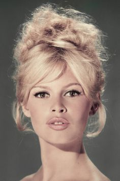 Brigitte Bardot, un raccolto arruffato e la frangia che si apre sulla fronte. Semplice, naturale, sensualissima <3 Photo by Sam Levin.