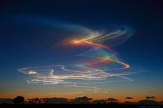 Weird Fire Rainbows that Appear in the Sky, Have You Ever Seen Them? Fire rainbows are the rarest of all naturally occurring atmospheric phenomena. For a fire rainbow to occur, cirrus clouds must be feet in the air with the precise amount of ice cry Fire Rainbow, Rainbow Cloud, Rainbow Bridge, Nature Pictures, Cool Pictures, Cool Photos, What A Wonderful World, Beautiful World, Beautiful Sky