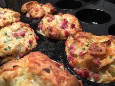 Ein schneller Snack sind diese leckeren und vor allem fluffigen Muffins. Als Basis dienen die beliebten Knack&Back Sonntagsbrötchen, es dürfen aber auch gerne die vom Discounter sein. Weiterhin wird ein Muffinblech und am besten etwas Trennspray benötigt. Nach guten 20 Minuten können die knusprigen Muffins serviert werden. Durch das Zerschneiden der Brötchen können diese später gezupft werden. Guten Appetit!!!