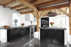 mooie zwarte keuken met houten gebinten