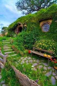 Hobbit Hole, The Hobbit, Casa Dos Hobbits, Afrique Art, New Zealand Landscape, Cottage Garden Plants, Earth Homes, Earthship, Home Movies