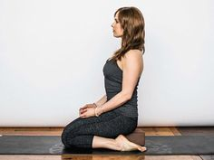 Tight hips are a symptom of our desk-bound modern life. These 15 yoga poses can help open your hips and increase your mobility and flexibility. Hip Opening Stretches, Hip Opening Yoga, Good Stretches, Morning Stretches, Body Pilates, Pilates Video, Pilates Reformer, Scoliosis Exercises, Stretching Exercises