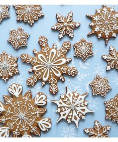 Christmas Cookies - Peggy Porschen class on Decorating snowflake cookies Christmas Biscuits, Christmas Sugar Cookies, Christmas Sweets, Christmas Gingerbread, Christmas Cooking, Noel Christmas, Christmas Goodies, Holiday Cookies, Holiday Treats