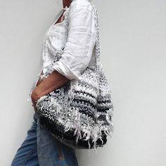 Handmade duurzame tas van recyclede repen stof en breikatoen