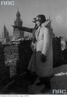 Dwaj żołnierze z 10 pułku SS Totenkopf na warcie na dachu Zamku Królewskiego w Krakowie. 1940-1941