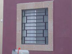 Rejas de hierro como protecciones para ventana moderna con barras horizontales