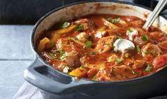 rundergoulash met stokbrood Healthy Slow Cooker, Slow Cooker Recipes, Crockpot Recipes, Cooking Recipes, Baguette, I Love Food, Good Food, Yummy Food, One Pot Meals