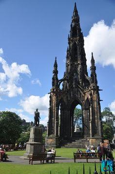 Edinburgh e un oraș cultural bogat în monumente, unul fiind frumosul Monument Scott
