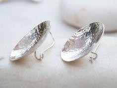 Meer handgemaakte sieraden bezoek onze winkel op: http://www.etsy.com/shop/silverstro --------------------------------------------------------------------------------------- ✿These zilveren gehamerd schijf oorbellen zijn gemaakt door mij alle met de hand gehamerd. ✿It is een dagelijks paar oorbellen in middelmatige grootte met een glanzende afwerking. ✿The schijf maatregel approx.27 mm en 40 mm, met inbegrip van oorhaak. De oor-haak is veilig en handgemaakt. ✿All va...