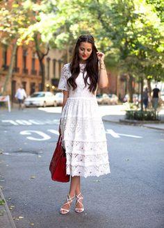 Une longue robe blanche en crochet