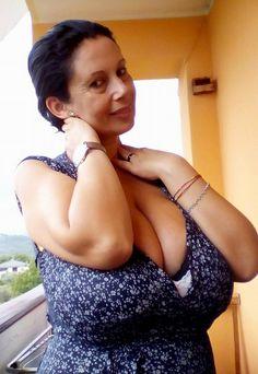 Voluptuous mature natural huge tits