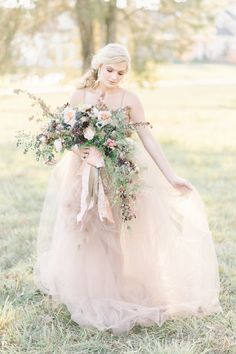Romantic wedding bouquet: Photography : Elizabeth Fogarty | Floral Design : Holly Chapple | Wedding Dress : Tara La Tour Read More on SMP: http://www.stylemepretty.com/little-black-book-blog/2017/02/02/romantic-soft-styled-shoot-inspired-by-tara-la-tour-dress/