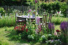 .... ein Sitzplatz inmitten der Blumenwiese.