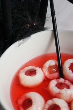 Halloween: potion magique aux yeux de crapauds et doigts de sorcière ensanglantés
