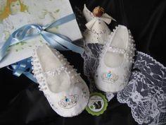 Delicados zapatos para beba, confeccionado en tela, perlas y bordado a mano. Especial bautizo, evento,
