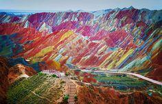 Uno de los lugares más increíbles del mundo: Las montañas de Zhangye en #China cuyos pigmentos minerales crean un paisaje multicolor como el que veis en la fotografía.