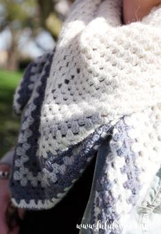 Crochet Tutorial: Granny Stitch Shawl Crochet Baby Blanket Beginner, Crochet Shawl Free, Crochet Granny, Crochet Scarves, Crochet Stitches, Knit Crochet, Beginner Crochet, Shawl Patterns, Crochet Patterns