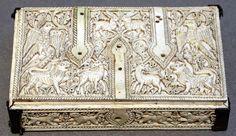 Espagne, Cuenca.Coffret plat, vers 1050.  Ivoire d'éléphant, décor sculpté et gravé. Après la chute du califat de Cordoue, quelques ateliers d'ivoiriers se réfugièrent à Cuenca, alors rattachée au royaume de Tolède. Auteur: Sailko.