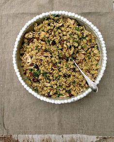 Kylling- og pastasalat med pesto, oliven og soltørkede tomater