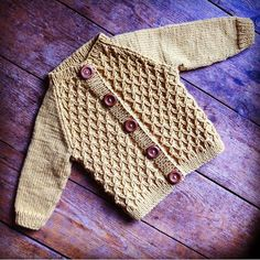 Photo above © Kunibert This knitting project is available from Ravelry. Knitting For Kids, Baby Knitting Patterns, Free Knitting, Knitting Projects, Knit Or Crochet, Crochet Baby, Cardigan Bebe, Boys Sweaters, Cardigans