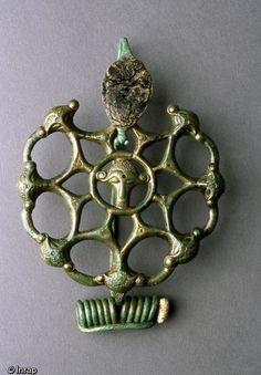 Fibule ajourée en bronze et corail découverte dans la sépulture d'une princesse gauloise à Orainville (Aisne), datée des années 300-275 avant notre ère, 2007, protohistoire...