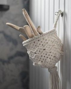 This is a basket M knotted a while ago, maybe a year ago... and there is a short video when she is knotting it further down at this IG. She is doing the macramé very firm which makes this basket consistent in its form. #frostadesign #macrame #makrame . . . . . . . . . #macramaker #macramerope #diymacrame #modernmacrame #macrameart #macrameartist #fiberartist #creativelifehappylife #dreamjobmakers #handmadeisbetter #rope #cottonrope #cottonlove #shopsmall #supportsmallbusiness #handmadewithlov... Macrame Plant Hangers, Macrame Bag, Macrame Design, Macrame Projects, Macrame Patterns, Yarn Crafts, Weaving, Decoration, Knitting