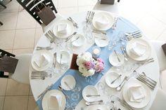 結婚式 テーブルコーデ☆ 迷った末に水色のランナー使用しました。  装花は悩みますね(。-_-。)